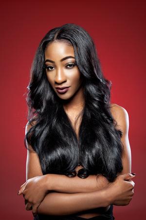 긴 고급스러운 광택 머리와 검은 아름 다운 여자