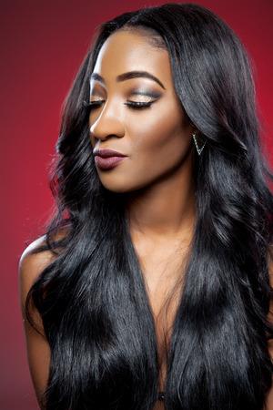 cabello negro: Mujer hermosa negro con el pelo largo y brillante de lujo