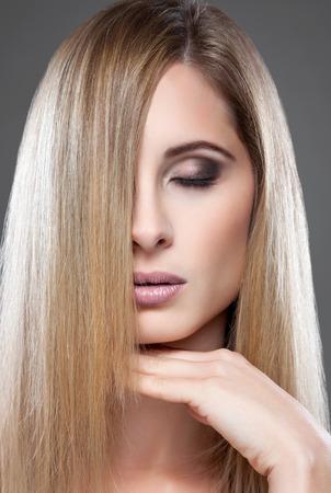 hair blond: Ritratto di una giovane bellezza bionda con i capelli dritti