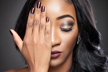 cabello negro: Joven y bella mujer de negro con elegante pelo rizado