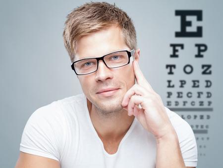 examen de la vista: Hermoso hombre wearing vasos
