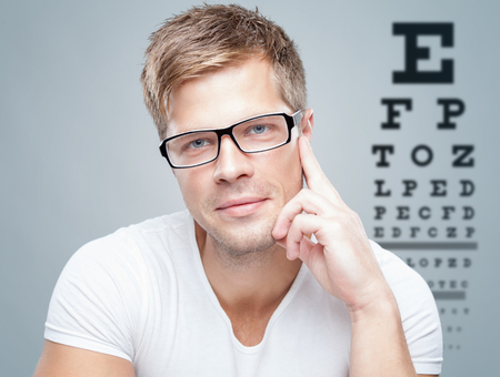 vision test: Hermoso hombre wearing vasos