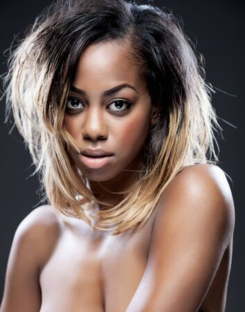 cuerpo femenino perfecto: Retrato de una belleza joven negro con la piel perfecta Foto de archivo