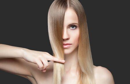 cabello rubio: Señora joven hermosa con el pelo liso