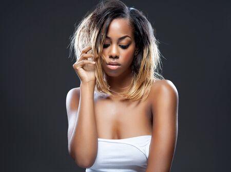 cabello rubio: Retrato de una belleza joven negro con la piel perfecta Foto de archivo