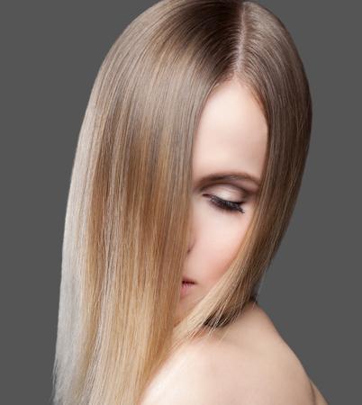 cabello rubio: Se�ora joven hermosa con el pelo liso