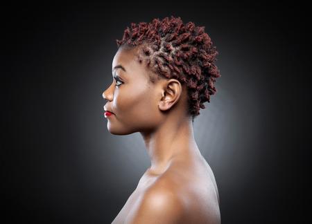 profil: Black Beauty z krótkim kolczaste czerwone włosy