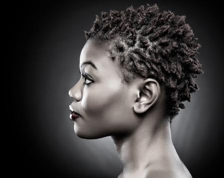 perfil de mujer rostro: Negro belleza con pelo corto de color rojo de punta Foto de archivo
