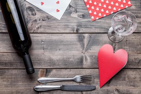 Romantisch diner set op rustieke houten achtergrond