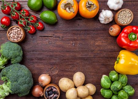 ejotes: Las verduras frescas y orgánicas e ingredientes de alimentos saludables en el fondo de madera Foto de archivo