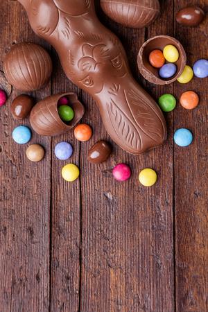 맛있는 초콜릿 부활절 달걀과 나무 배경에 과자