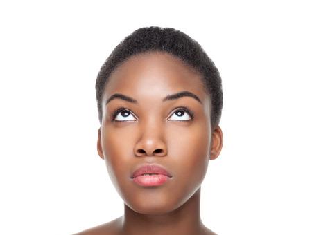 Hermosa mujer joven mirando hacia arriba negro