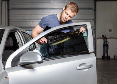 워크숍에서 자동차 창에 색을 칠 호일 적용