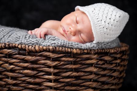 Schöne Neugeborenen in einem Weidenkorb
