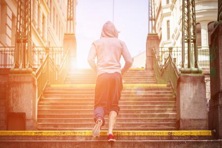 hombres corriendo: concepto de salud y gimnasio al aire libre en la ciudad