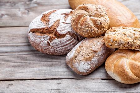 frescura: Delicioso pan recién horneado en el fondo de madera