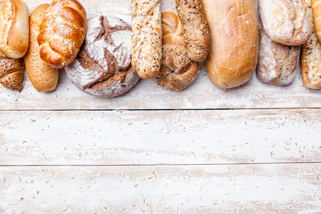 おいしい焼きたてパンを木製の背景