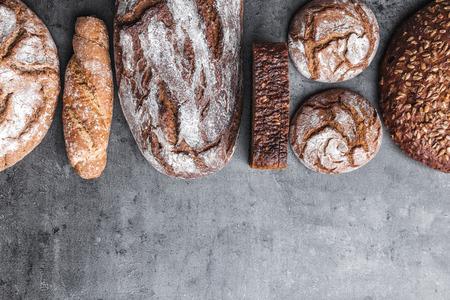 Heerlijk vers gebakken bruin brood op houten achtergrond