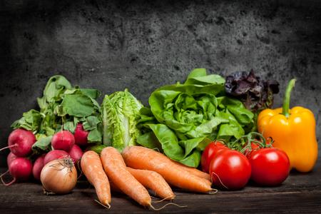 Verduras orgánicas frescas y saludables sobre un fondo rústico Foto de archivo