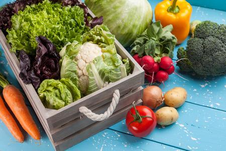 Verdure biologiche fresche e sane su fondo rustico