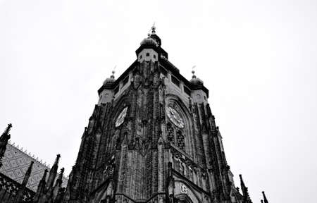 Prag, Tschechische Republik - 28. Dezember 2019: Außendetails der St.-Veits-Kathedrale, einem gotischen religiösen Gebäude mit Türmen, Türmen und Mosaikdekorationen