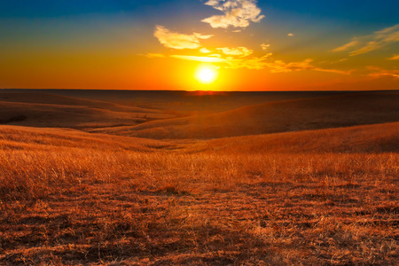 カンザスの燧石の丘を望む日没。 写真素材