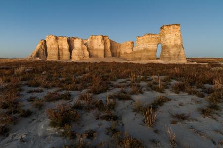日没前にカンザス州の記念碑岩の横の景色写真画像。 チョーク ピラミッド、としても知られています。
