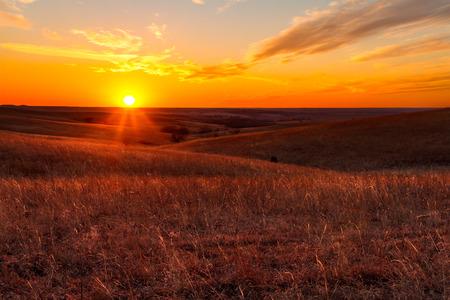 アルマ、カンザスの郊外のカンザスの燧石の丘で、夕日の眺め