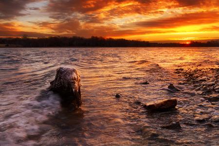 カンザスシティ、ミズーリ州の郊外ロングビュー湖の日の出
