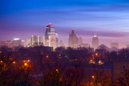 カンザス シティを見下ろす霧の日に日の出