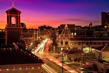 Een lange blootstelling van de Kansas City Plaza Christmas Lights. De verlichting van de verlichting is een Kansas City traditie.