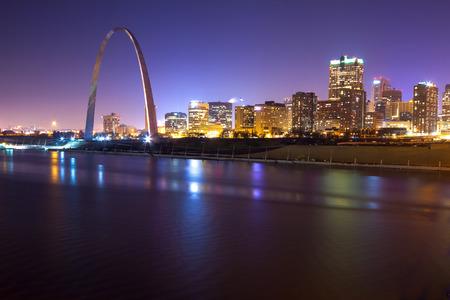 St. Louis skyline in de avond met de Boog in het oog