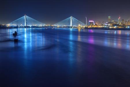 ミズーリ州セントルイスの川と橋が含まれて夜のビュー。 写真素材