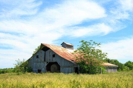 中西部フィールドで干し草納屋 写真素材