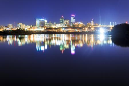 水の反射でミズーリ川に架かるカンザスシティのスカイラインを望む。