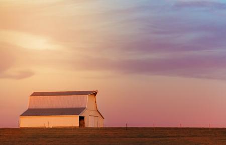 それを夕日に輝く金色の光で中西部の納屋。 写真素材