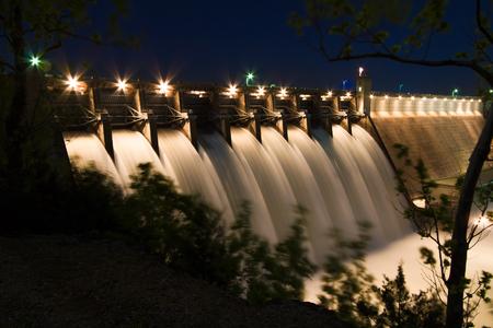 2017 年 5 月 4 日オープンと流れるすべてのゲートを持つエンジニアの陸軍工兵隊のテーブル ロック湖ダム。 テーブル ロック湖はブランソン、ミズー 写真素材