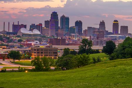 削除すべての登録商標と夜明けのカンザスシティ、ミズーリ州のスカイラインの眺め。 写真素材