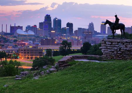 削除すべての登録商標を持つカンザスシティの偵察の記念物から黄金の光の中に夜明けにカンザスシティ、ミズーリ州のスカイラインの眺め。