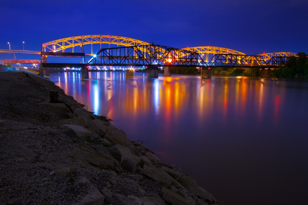 カンザスシティ ミズーリ川に夜ブロードウェイ橋。 写真素材