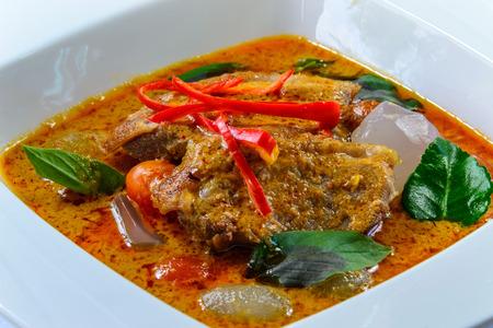 santa cena: pato parrilla con curry rojo y jalea de palma caliente y sabor picante comida tailandesa y famose para el turista Foto de archivo