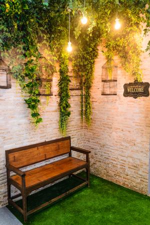 Houten bank in de achtertuin decoratie ontwerp relax zone voor kleine woning Stockfoto - 77293046