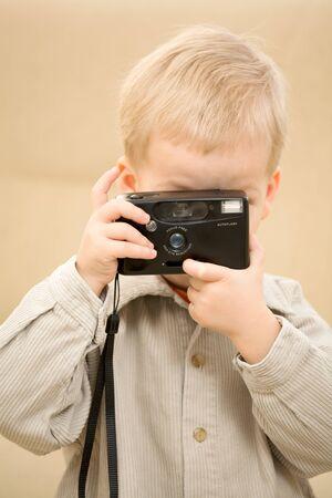 corduroy: Boy in una camicia di velluto fa una foto