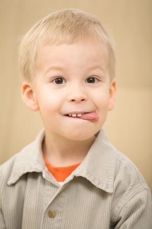 corduroy: Boy conficca fuori la lingua con un divertente faccia