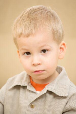 corduroy: Ritratto di ragazzo in una pensosa camicia di velluto Archivio Fotografico