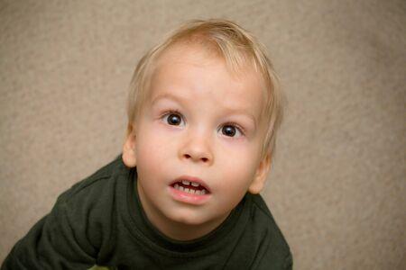 occhi sbarrati: Pleadingly, preoccupato ragazzo con gli occhi ben aperti.