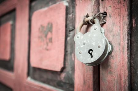 Old padlock on a wooden door Standard-Bild