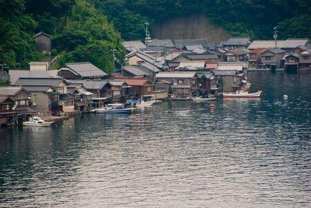 water s edge: case costruite sul bordo dell'acqua s con garage in barca a Ine, Kyoto, Giappone Archivio Fotografico