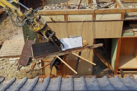 een Japans huis dat wordt gebroken door de schaar
