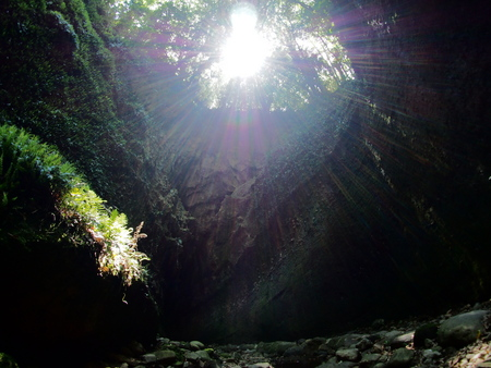 洞窟の中に太陽の光